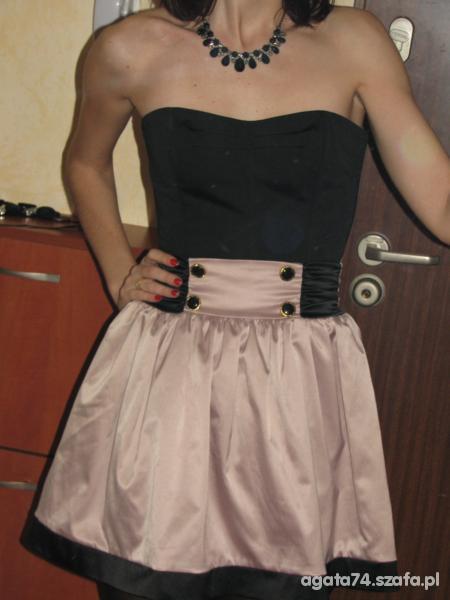 Eleganckie czarny gorset i pudrowa spodnica