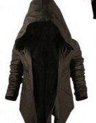 czarna kurtka z dużym kapturem