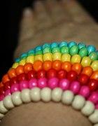 kolorowe bransoletki z drewnianych koralików...