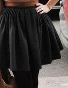 czarna rozkloszowana spódnica