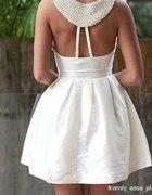 Biała rozkoloszowana sukienka