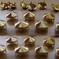 Złote Ćwieki stożki kolce okrągle pukle