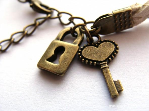 beż klucz i kłódka