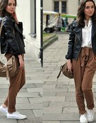 brązowe spodnie i ramoneska