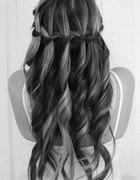 piekna fryzura loki fale warkoczyk dlugie włosy