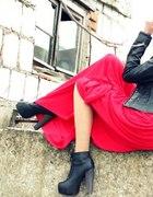 Czerwona długa spódnica