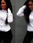 biała koszula ze złotymi guzikami