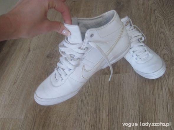 białe buty nike za kostkę damskie