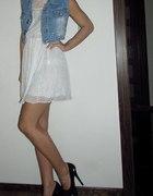Letnia sukienka i jeansowa kamizelka