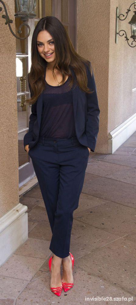 Eleganckie Mila Kunis i elegancki granatowy garnitur