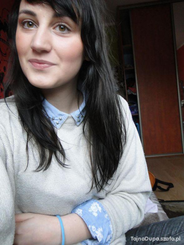 Sweterek z widocznym modnym kołmierzykiem...