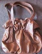 Jasnobrązowa torebka z kokardą...
