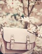 Pudrowa torebka listonoszka z klamrami