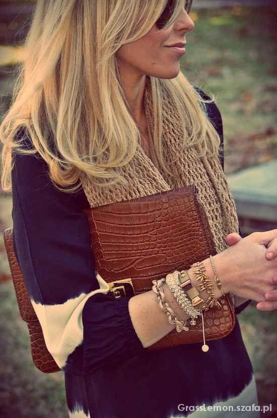 Złota biżuteria i blond włosy