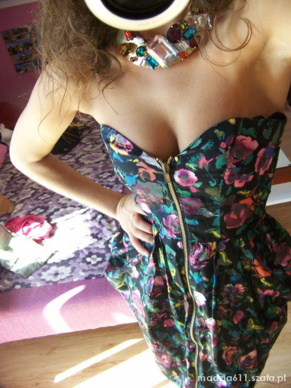 Sexi sukienka ASOS czarne szpilki złora kolia