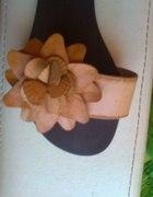 Urocze klapeczki z kwiatuchem nude camel 35 36