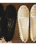 białe ze złotyki kolcami