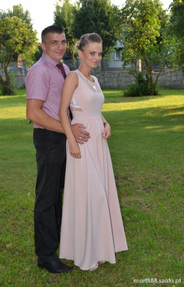 Długa suknia a la J Krupa Bohoboco pudrowy róż