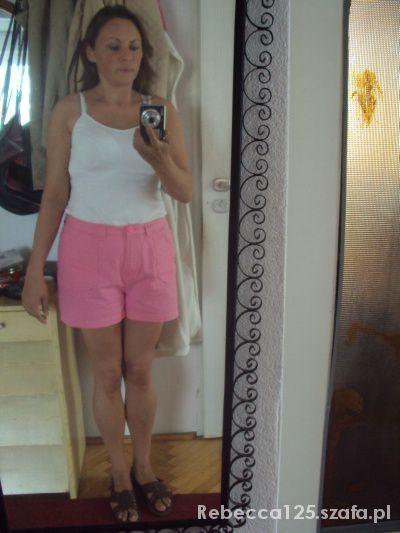 Mój styl Cukierkowo różowe szorty i biały top