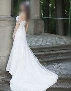 Piękna koronkowa suknia ślubna z trenem