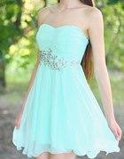 Miętowa sukienka ozdobiona kryształkami...