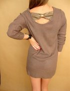 sweter ze skórzaną kokardą na plecach
