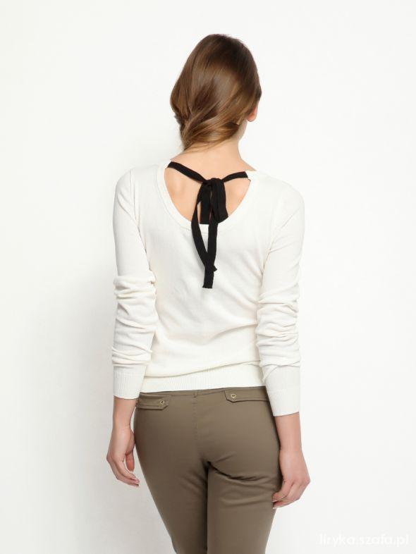 sweterek wiqazany na plecach