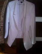 Biała marynarka blazer ze złotymi guzikami zamkami