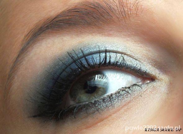 Makijaż oka w granacie...