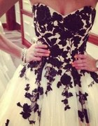 Wspaniała sukienka czarno biała w kwiaty