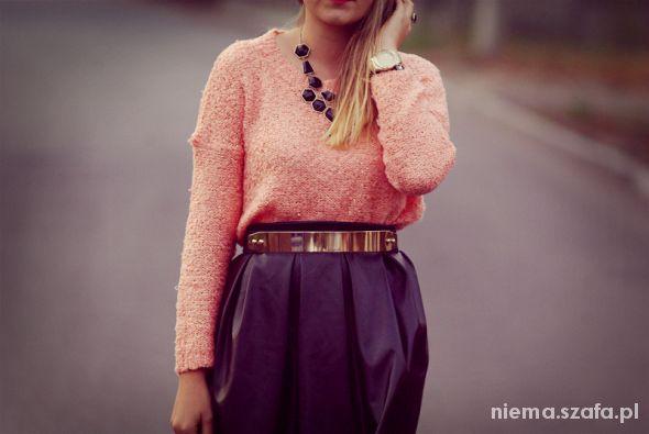 Wieczorowe Skórzana spódnica i morelowy sweterek