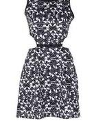 Sukienka z wycięciami we wzory