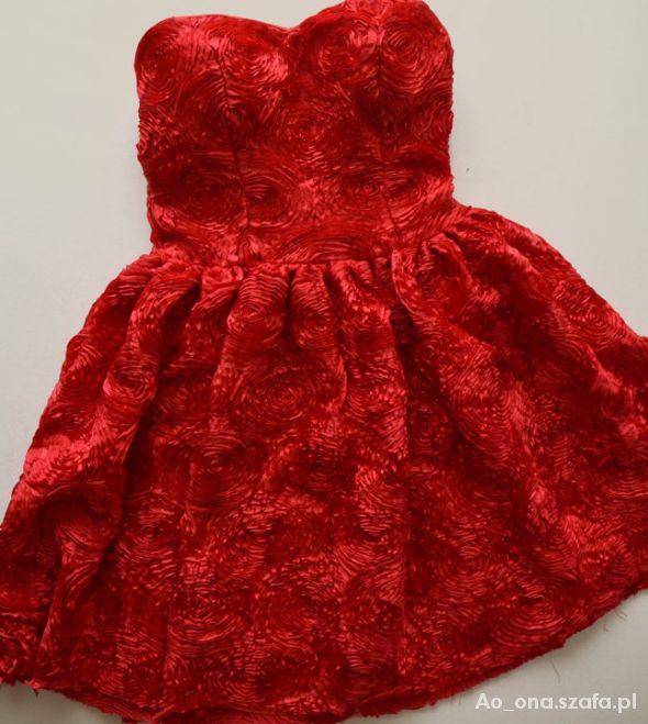 krwista tłoczona sukienka
