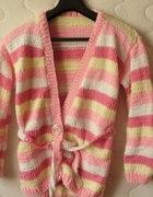 pudrowy gruby sweter z paskiem