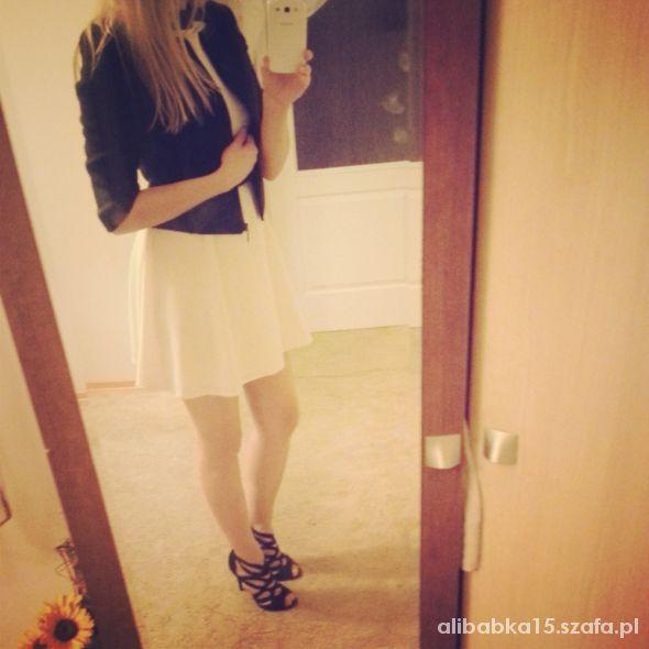 Eleganckie biała sukienka i ażurowe buciki