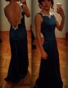 Długa suknia wieczorowa z odkrytymi plecami