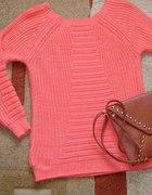 Koralowy sweterek ze złotą nitką