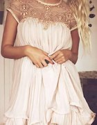 pudrowa plisowana sukienka