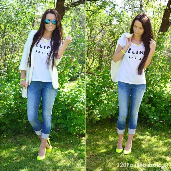 Blogerek white blazer with neon accessory