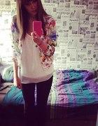 Kwiatowa narzutka i biała bluzeczka