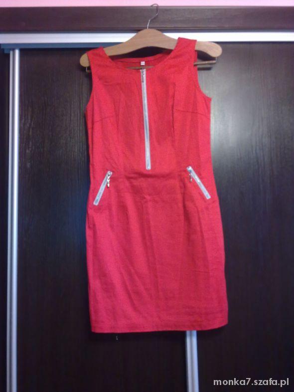 Modna czerwona sukienka