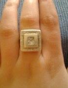 srebrny pierścionek z kamieniem