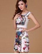 Sukienka z bogatym kwiatowym nadrukiem