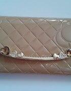 śliczny portfel nude róż pikowany lakierowany