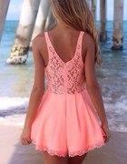 Sukienka mini w koronkę odkryte plecy