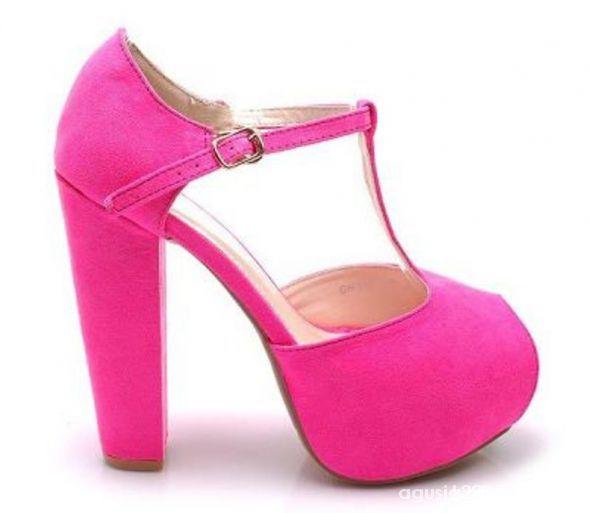 Różowe sandały na słupku