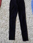 Czarne spodnie ze szwem z przodu...