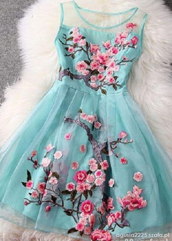 sukienka z kwiatem wisni