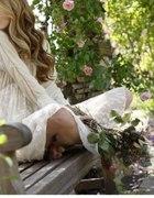 Biała sukienka w ogrodzie