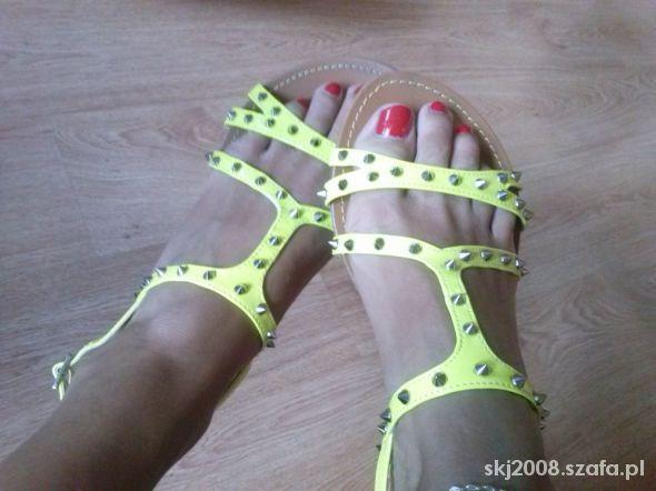 neonki z ćwiekami sandałki